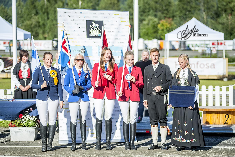 Caroline Storch flankerad av de andra medaljörerna Foto: Sofie Lahtinen Carlsson
