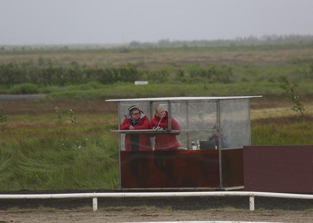 Domarna är skyddade för väder och vind Foto: Yvonne Benzian/ishestnews.se