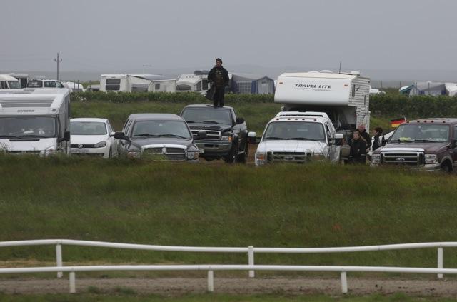 Medan en del i publiken väljer mer utsatta positioner Foto: Yvonne Benzian/ishestnews.se