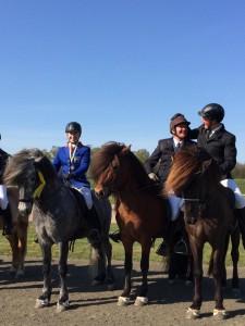 Ett gäng glada pristagare i femgången. Magnús och Aspar, Alli på Gudberg och Alexandra på Hrói. Foto: Ása Sif Gunnarsdottír
