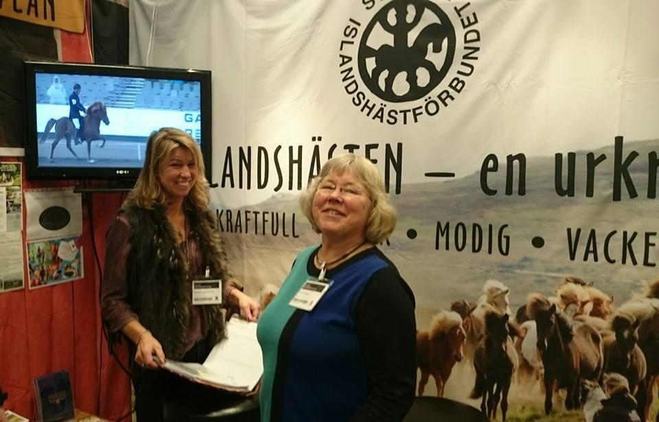 Suzanne Adamsson-Vas och Lena Liedberg i SIFs monter på Eurohorse. Exempel på två som jobbar hårt för islandshästen.