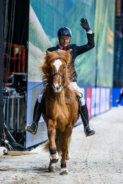 Bernt hälsar på publiken. Foto: Jessica Stene, www.jessicastene.se