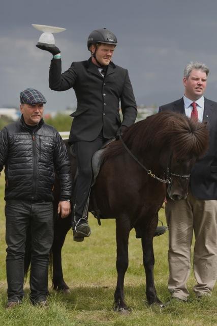 Arion vinner en rejäl pokal. Foto: Yvonne Benzian/ishestnews.se