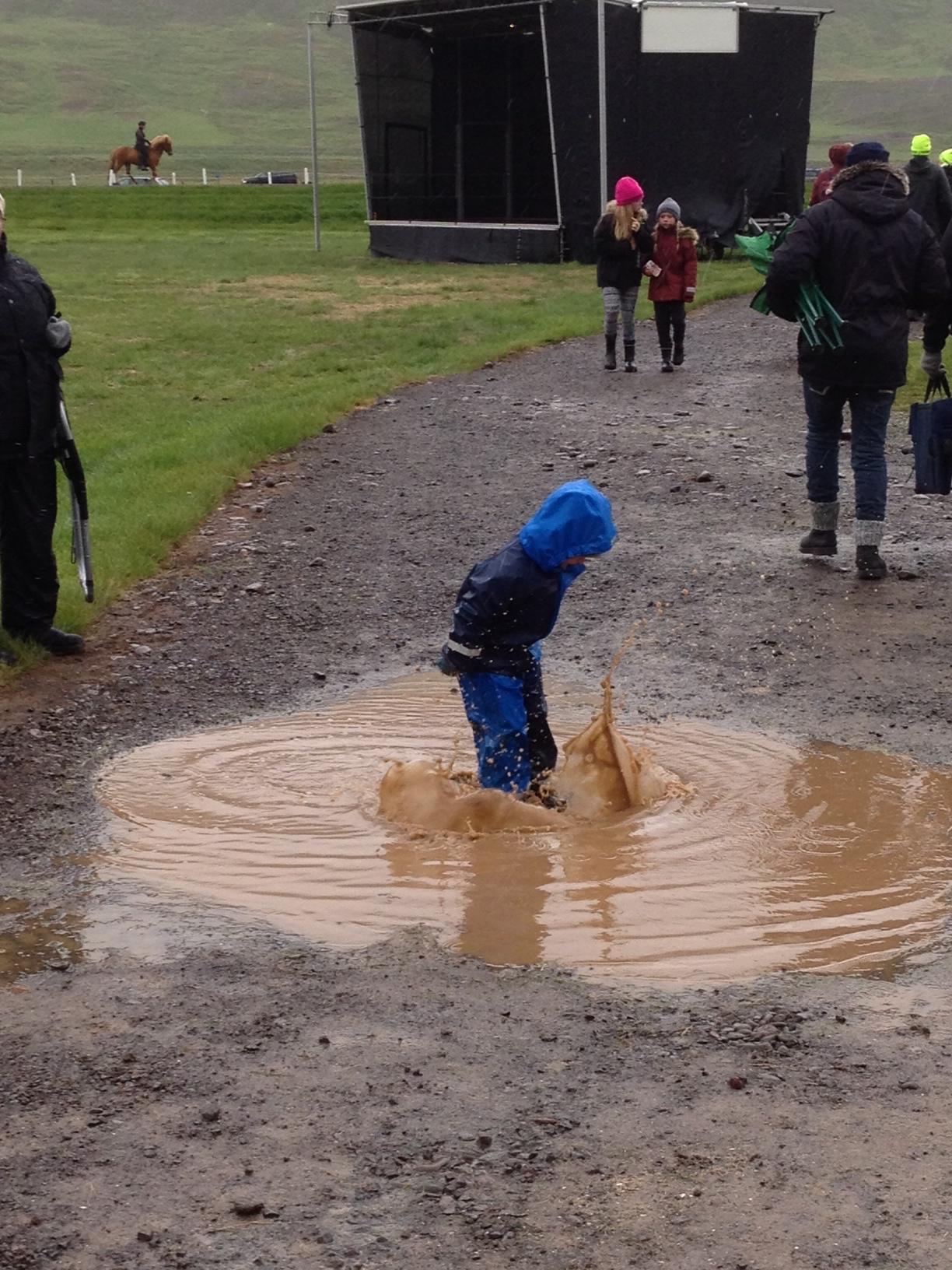 Några har riktigt kul i regnet! Foto: Karin Cederman/ishestnews.se