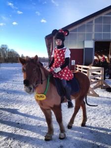 Oliva Wiktorsson på Tjaldur segare i ridskoleklass samt bästa utklädsel