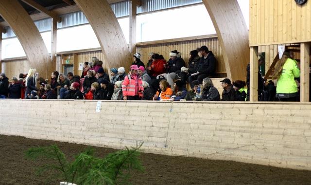 Många intresserade åskådare bänkade sig på läktaren.  Foto: Föreviga UF