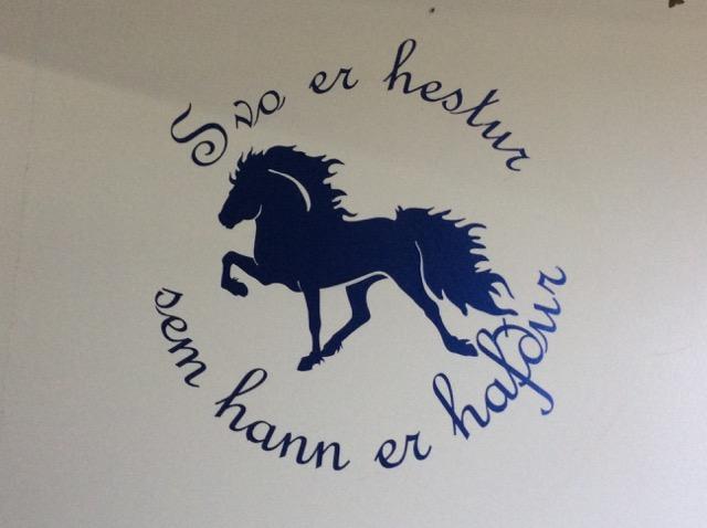 Hästen blir som den behandlas – visdomsord på väggen i stallet på Hléskógar Foto: Änges Kristina Lundén