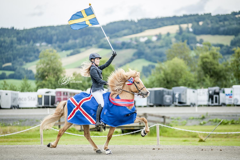 Snyggaste segertäcket bär Sóllilja frá Álfhólum. Matilda bär svenska flaggan. Foto: Sofie Lahtinen Carlsson