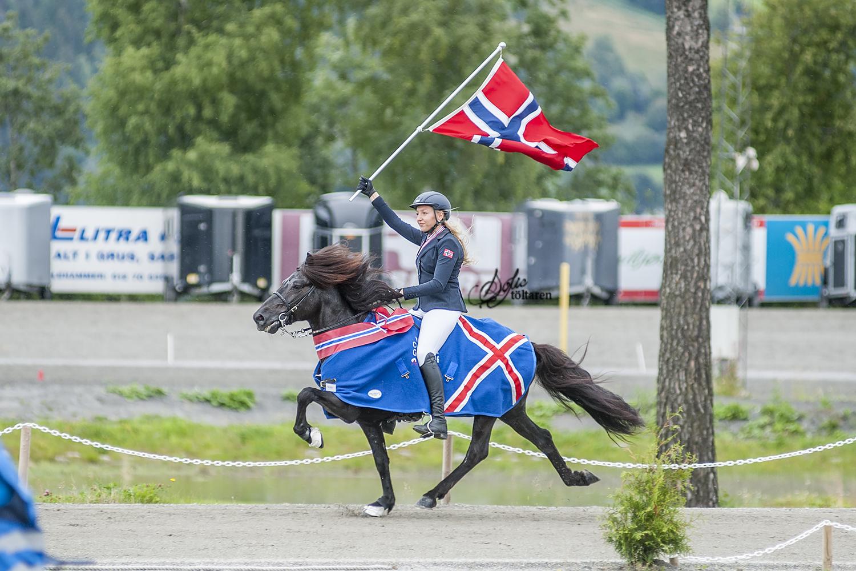 Ida-Sofie och Brimar med segertäcket Foto: Sofie Lahtinen Carlsson