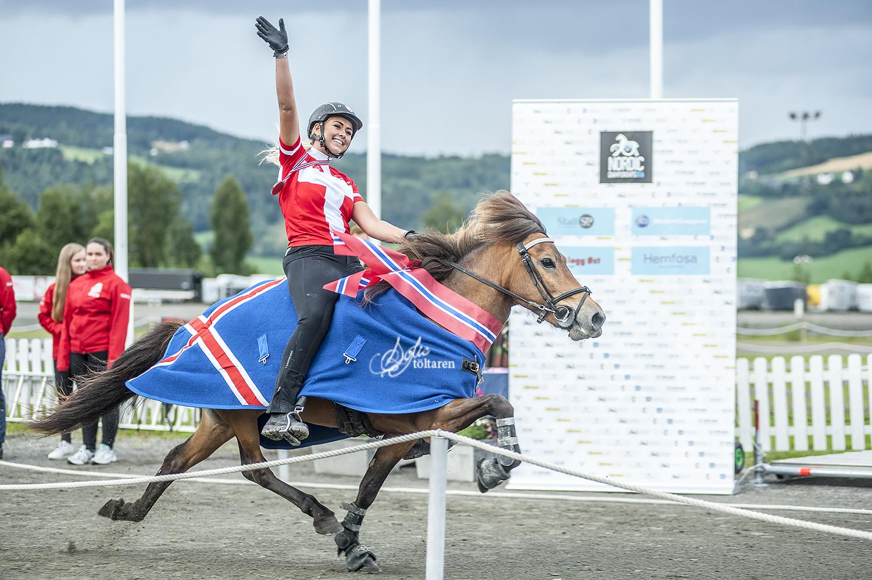 En glad Caroline Storch, nordisk mästarinna i speedpass Ungdom Foto: Sofie Lahtinen Carlsson/ishestnews.se