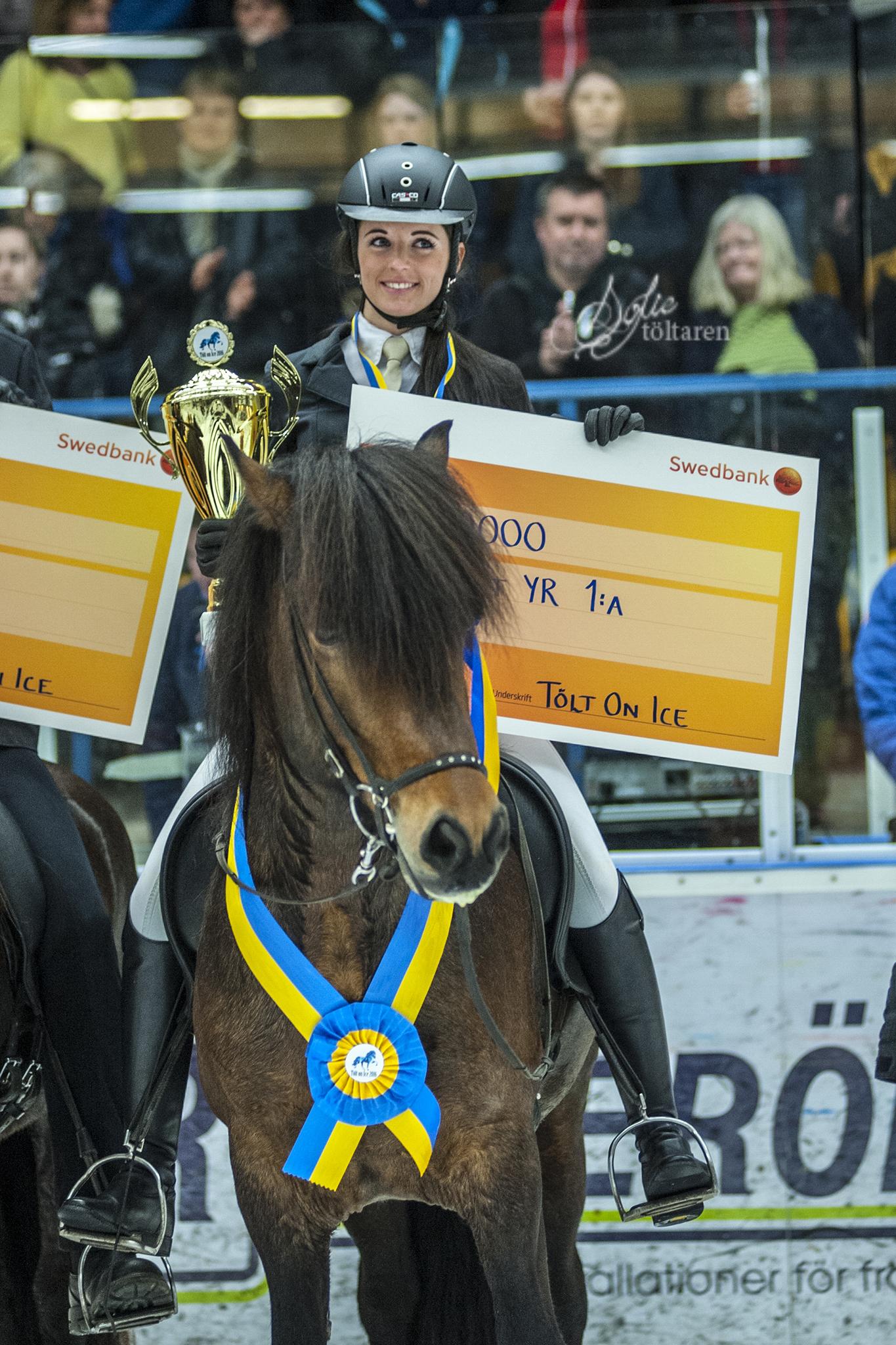 Vinnaren Frederike, 10.000 kronor rikare. Hennes Börkur ser nöjd ut Foto: Sofie Lahtinen Carlsson/www.toltaren.wordpress.com