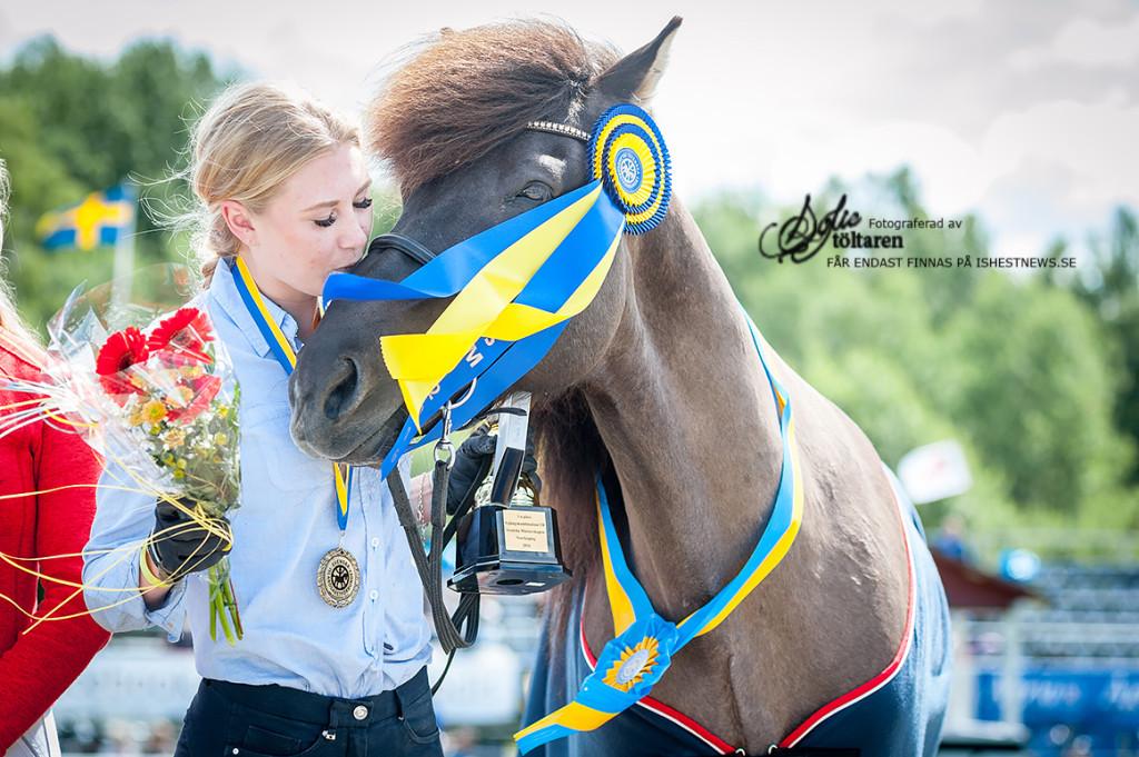 Filippa Helltén och Máni frá Galtánesi  - Vinnare av Fyrgångskombination YR/ foto: Sofie Lahtinen Carlsson, www.toltaren.wordpress.com