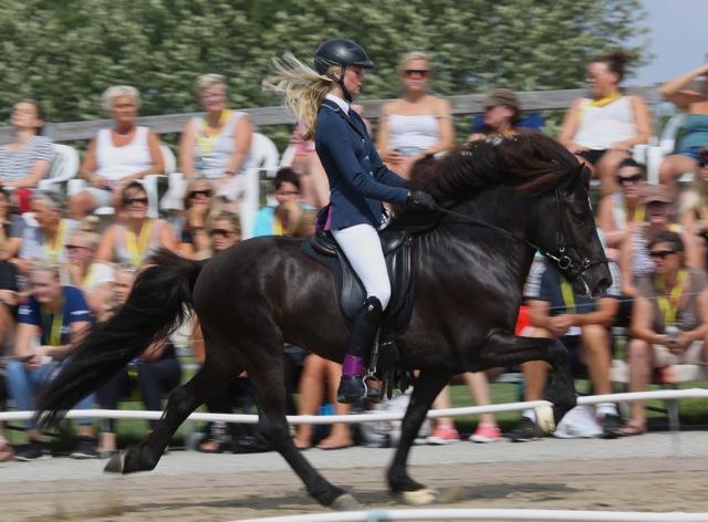 Emma Larsson och Lómur i ökad tölt. Foto: Yvonne Benzian/ishestnews.se