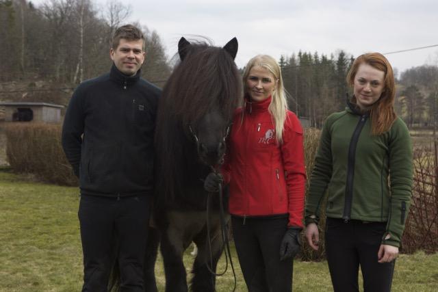 Eyjolfur, Vigdis och Mette med en av de fantastiska hästarna. Bry frá Mykjunesi med 9 för tölt, hals-manke-bog och man och svans, och 8.5 för spirit, helhetsintryck, kort galopp, proportioner, benställning och hovar. 8 för trav, galopp, långsam tölt, rygg och kors och benkvalitet. Foto: Yvonne Benzian/ishestnews.se