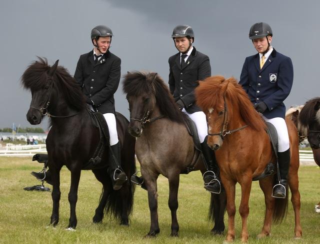 Thórarinn, Teitur och Gustaf har fått fjädernålar på sina kavajer. Foto: Yvonne Benzian/ishestnews