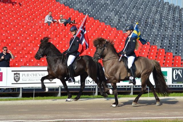 Filippa Helltén och Oda Ugland rider ärevarv! Foto: Ishestnews.se
