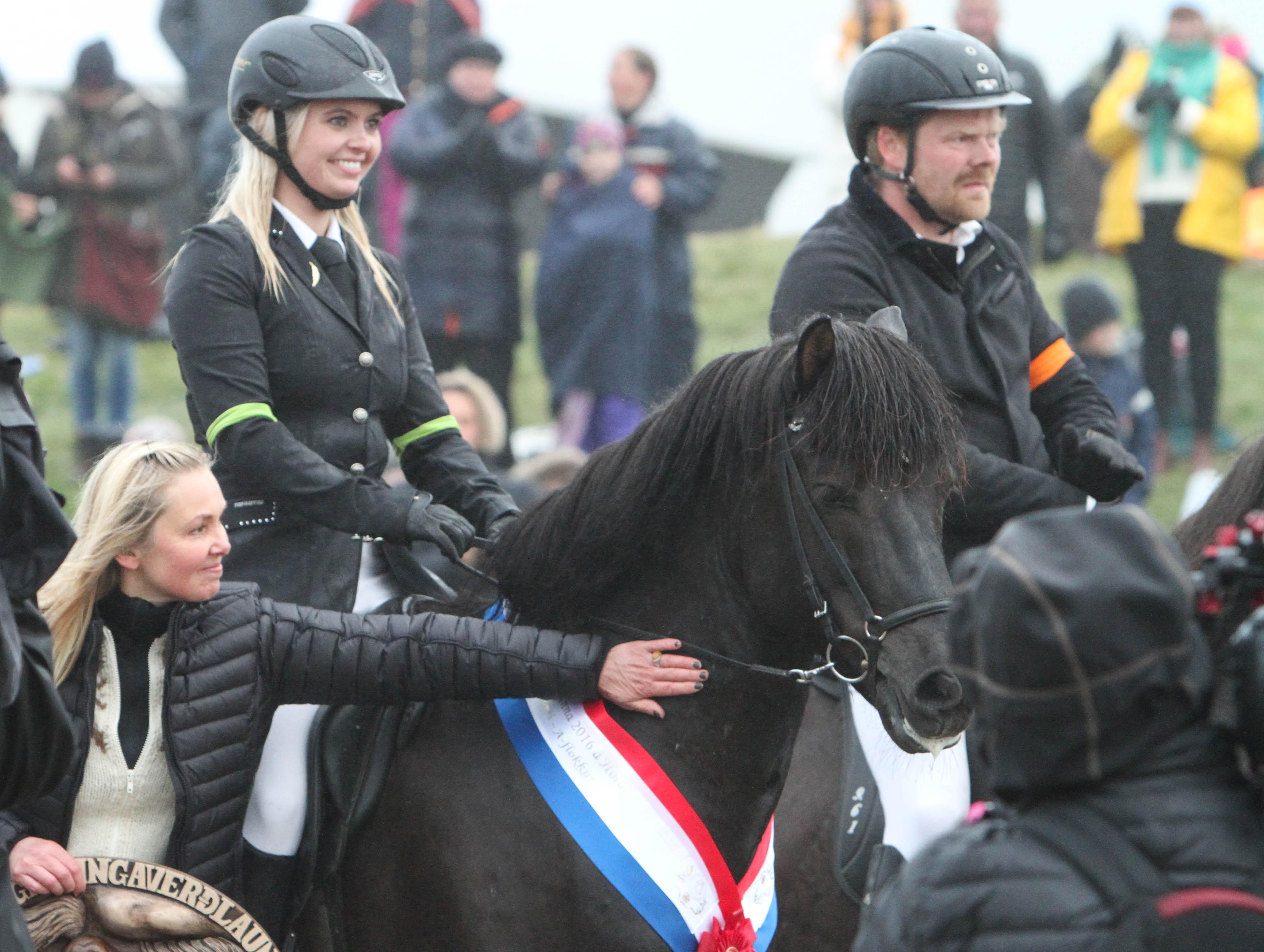 Glad Eyrún och omklappad Hrannar. Foto: Karin Cederman/ishestnews.se