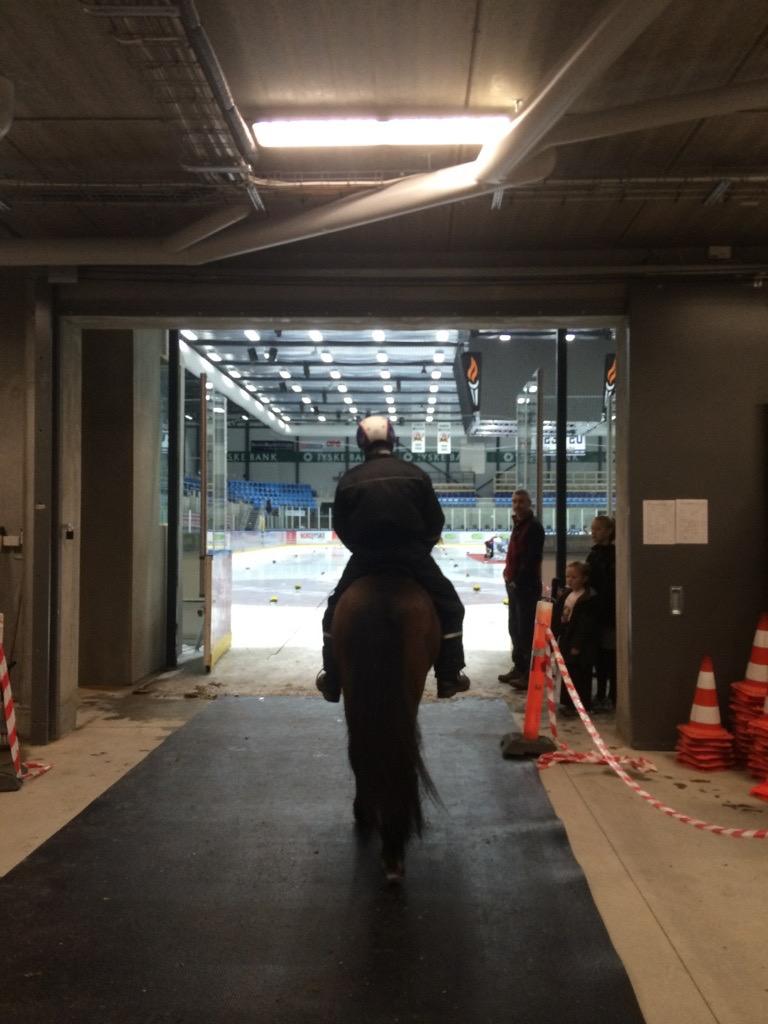 Jóhann och Hnokki på väg ut i Arenan. Foto: Louise Löfgren
