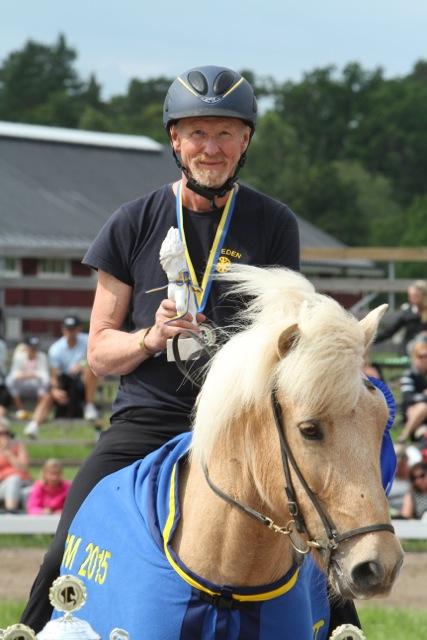 Thorvaldur Árnason i sadeln på Thyrnir från Knubbo tar emot det fina priset. Foto: Karin Cederman/ishestnews.se