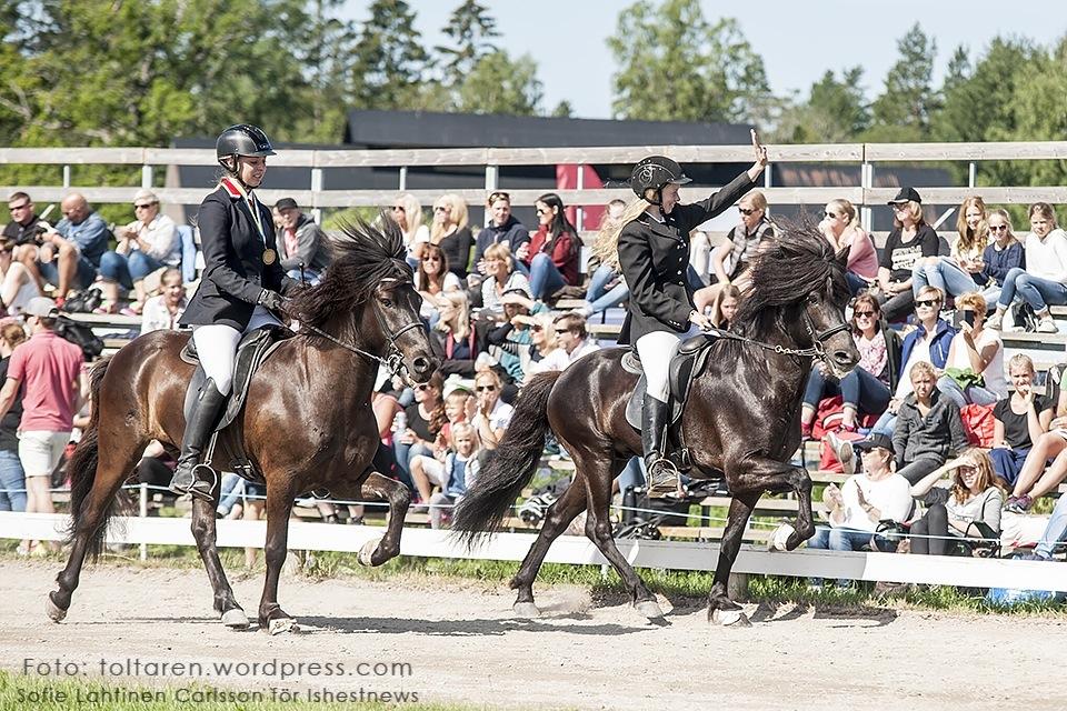 Johanna och Runar gör segergesten, Nathalie och Robbi tittar på. Foto: Sofie Lathinen Carlsson/www.toltaren.wordpress.com