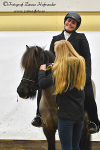 En glad Linnéa Brofeldt och Kapella frá Efri-Kviholma Foto: Zanna Hofvander/zannasfoto.se
