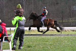 Linnea Adler på sin söta Vaka från Stenholmen red till topplacering i femgången. Foto: Yvonne Benzian/Ishestnews