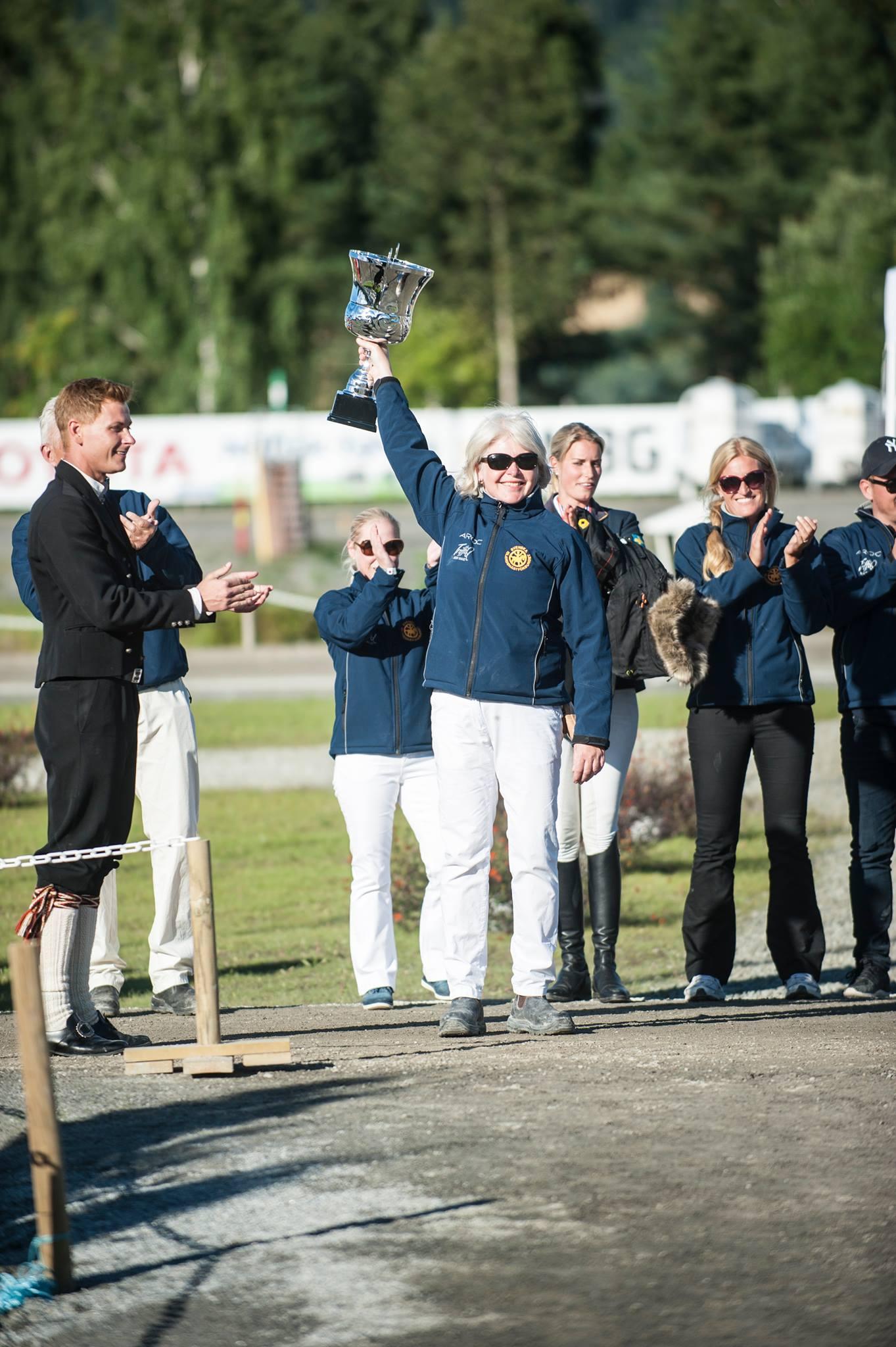Pokalen för bästa nation. Märta Persson tar emot Foto: Mette Sattrup