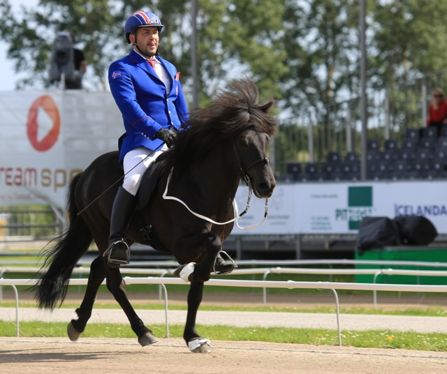 Reynir Örn Pálmason och Greifi frá Holtsmula, in på andra plats. Foto: Ishestnews.se
