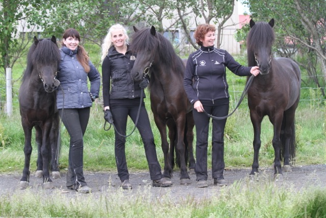 Tre framgångrika hästar på Landsmót. Sara håller i Þrumufleygur dom kom på andra plats i B-flokk, Hrefna Maria håller i India som kom till A-final i Barnklassen och Rósa står med sin fantastiska Kolka frá Hákoti som blev 1:a av stona 7 år och äldre.
