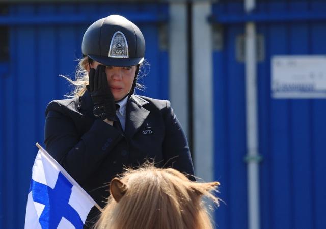 En mycket rörd Katie Brumpton när hon fått reda på att hon får en bronsmedalj att hänga runt halsen. Foto: Ishestnews.se