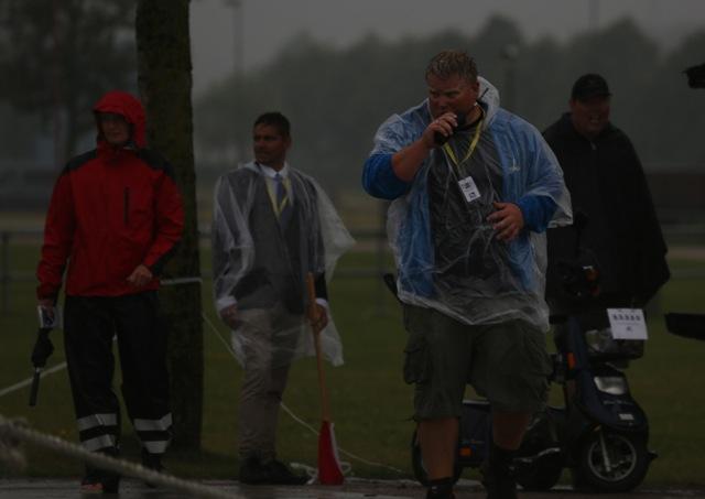 Bekymrade tävlingsledare som försökte få ordning på tidtagningen. Foto: Anette Alsterå/ishestnews.se