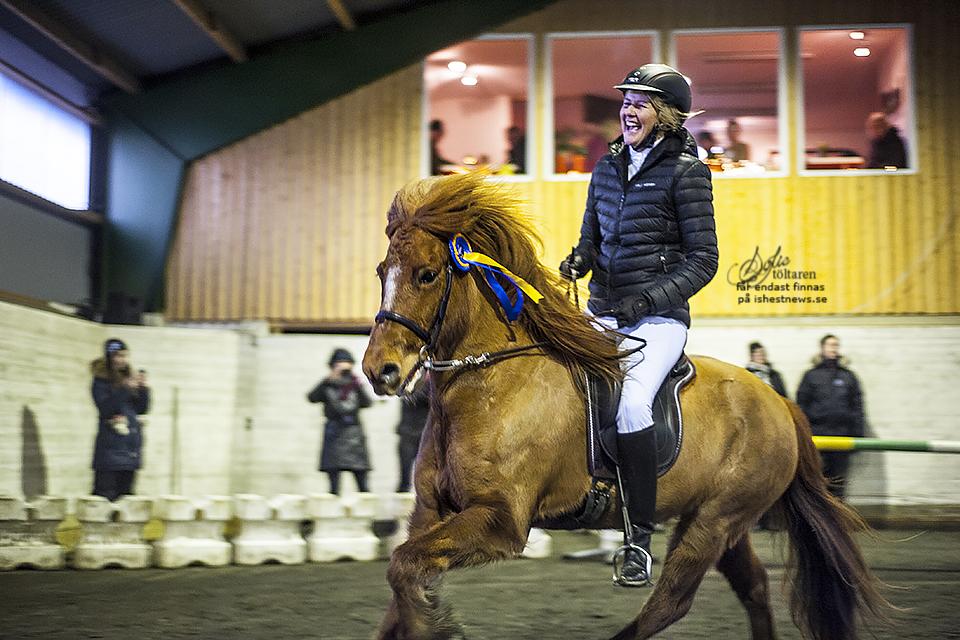 Dagensgladaste vinnare - Marie-Louise Pettersson och Raud från Sundsby under ärevarvet i V5. Ekipaget fick totalt 5,67